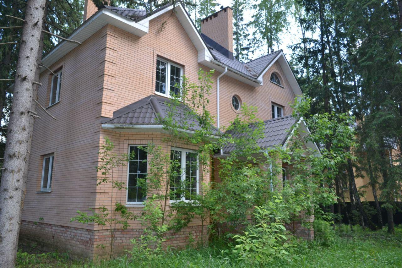 Большой добротный кирпичный дом площадью кв.